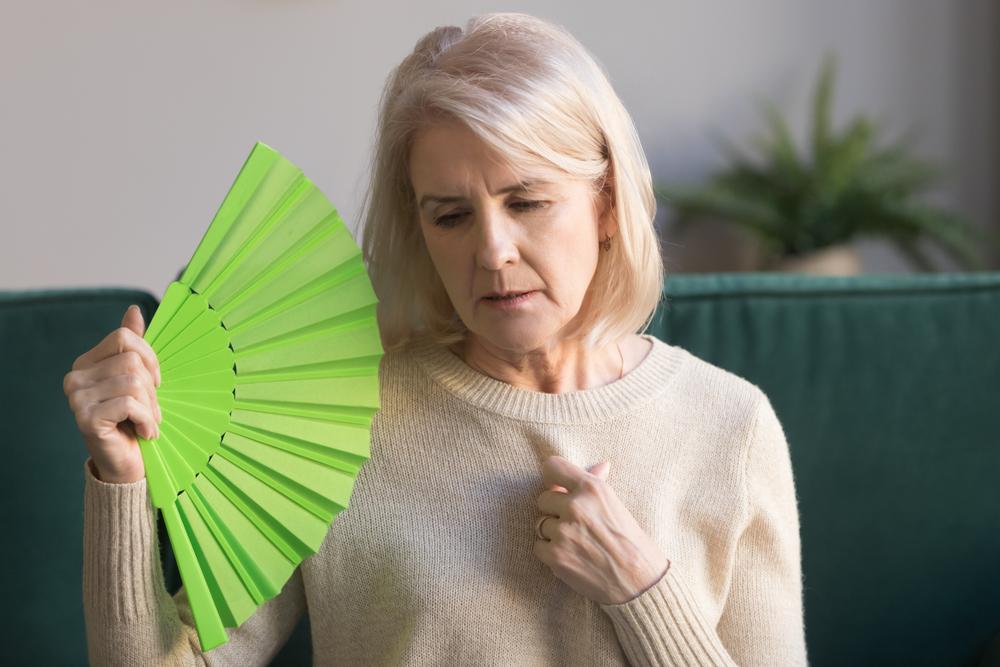 Как справиться с приливами во время менопаузы? — ЗдоровьеИнфо
